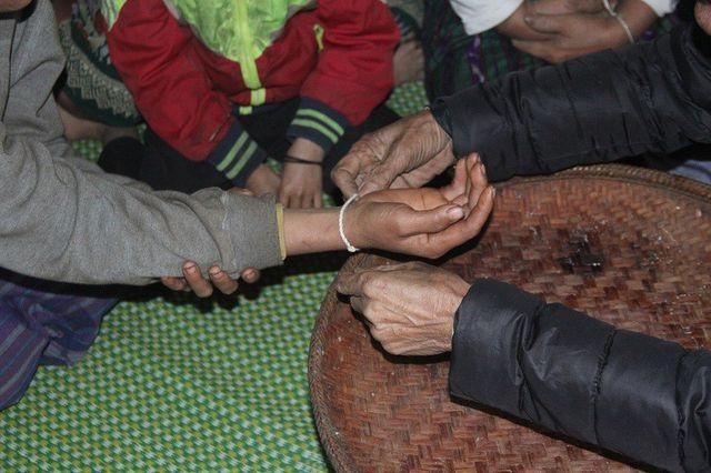 Buộc chỉ cổ tay cầu bình an cho con trước khi lên đường nhập ngũ - 1