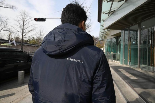 Giải mã dãy số trên áo các nhân viên chính phủ Hàn Quốc trước thượng đỉnh Trump-Kim - 1