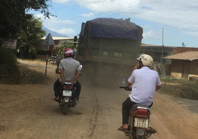 Đắk Nông: Dân than đường nát vì xe cát lậu, thanh tra sở bảo đúng trọng tải (!?) - 2
