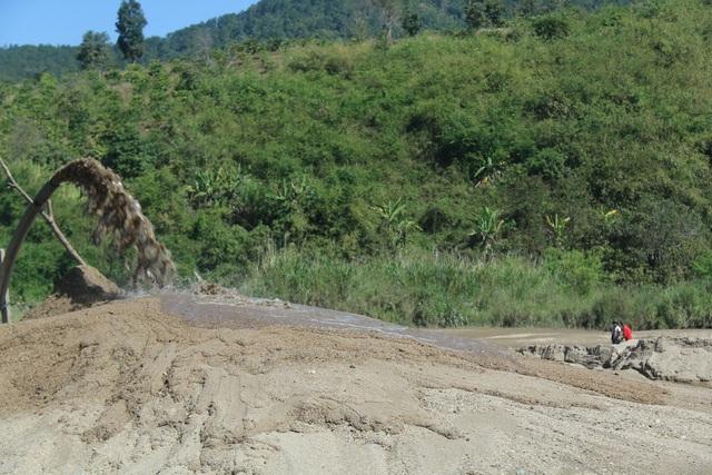 Đắk Nông: Dân than đường nát vì xe cát lậu, thanh tra sở bảo đúng trọng tải (!?) - 6