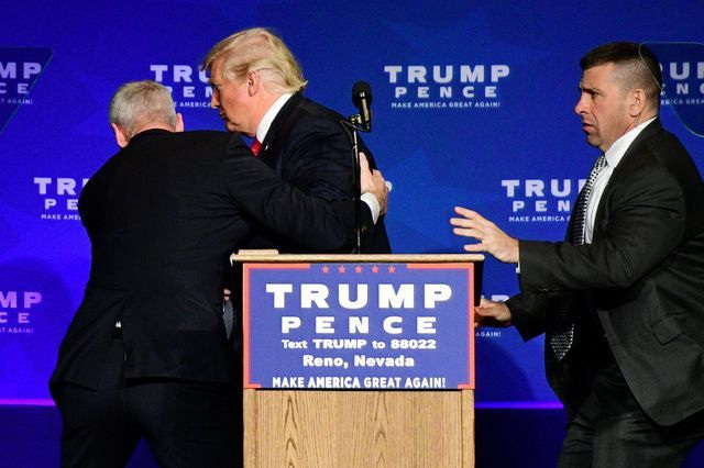 """""""Hàng rào thép"""" bảo vệ Tổng thống Trump khi công du nước ngoài - 8"""
