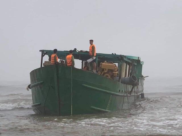 Tàu nạo vét luồng lạch bị sóng biển đánh mắc kẹt vào ghềnh đá - 1