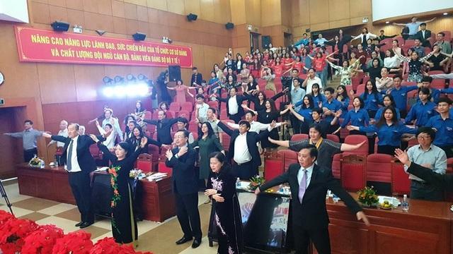 Xem Bộ trưởng Y tế tập thể dục 3 phút giữa hội nghị  - 3
