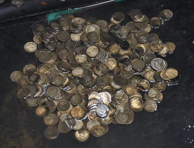 Tổng cộng trong hòm tiền có 9.877 đồng xu bằng bạc và vàng quý hiếm từ năm 1857.