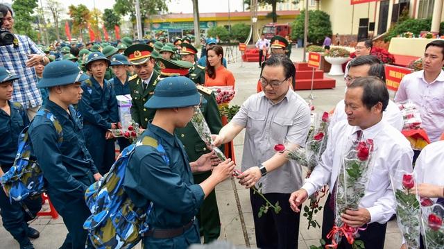 Bí thư Hà Nội trao lửa truyền thống tiễn tân binh lên đường nhập ngũ - 4