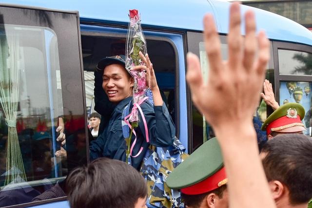 Bí thư Hà Nội trao lửa truyền thống tiễn tân binh lên đường nhập ngũ - 12