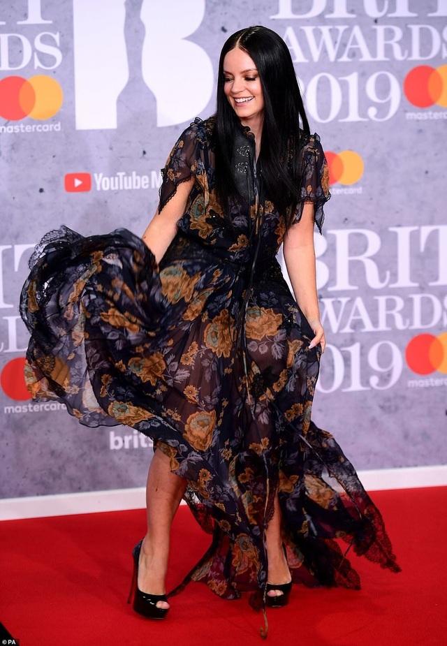 Dàn sao khoe thân táo bạo trên thảm đỏ lễ trao giải âm nhạc Anh quốc - 15