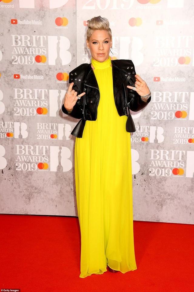 Dàn sao khoe thân táo bạo trên thảm đỏ lễ trao giải âm nhạc Anh quốc - 16