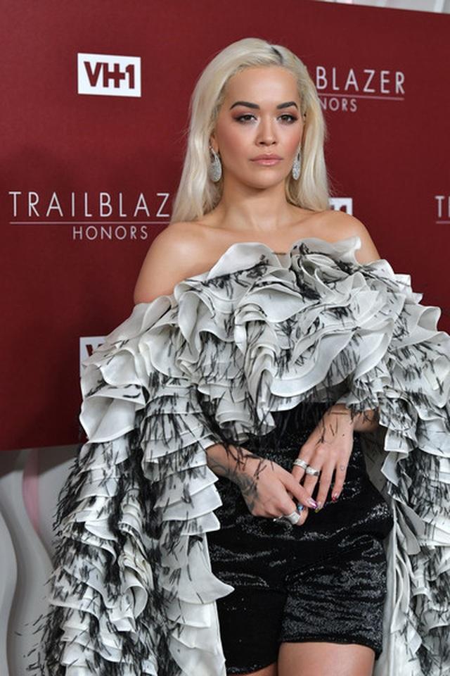Rita Ora diện váy lạ mắt  - 1