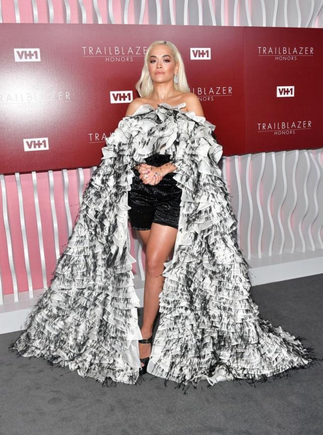 Rita Ora diện váy lạ mắt  - 5