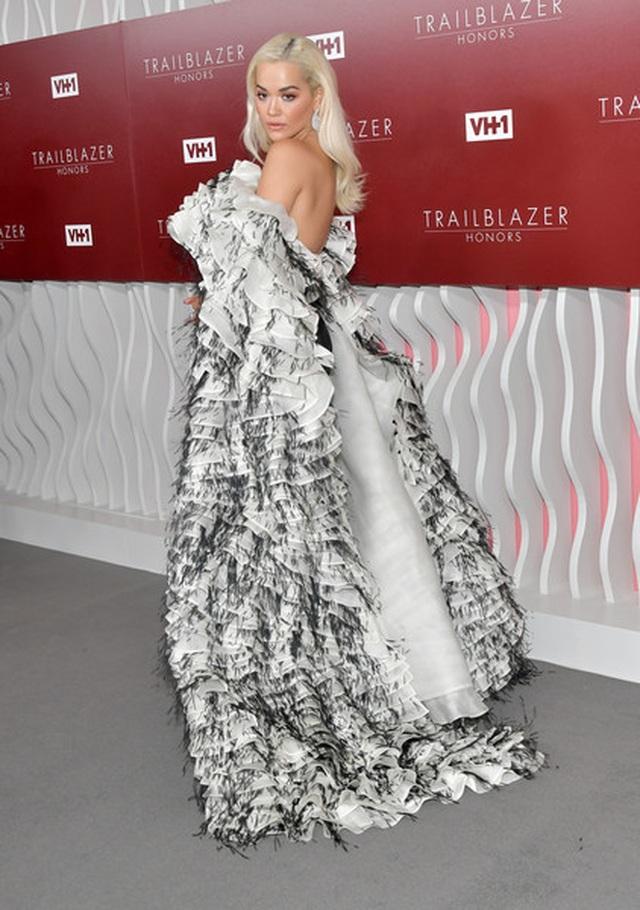 Rita Ora diện váy lạ mắt  - 4