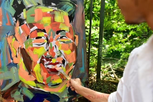Gặp họa sĩ vẽ hơn 100 tranh chân dung TT Donald Trump và Chủ tịch Kim Jong-un - 4
