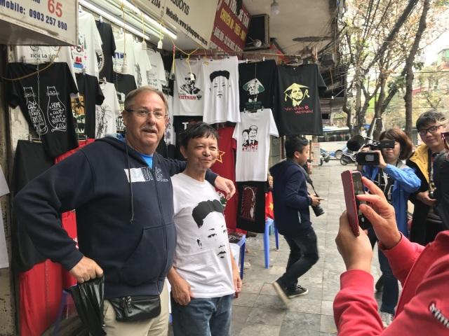 Một phút nghĩ ra ý tưởng, ngày bán 400 áo hình Tổng thống Trump và Chủ tịch Kim - 5