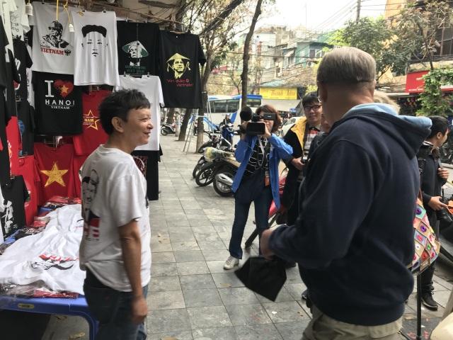 Một phút nghĩ ra ý tưởng, ngày bán 400 áo hình Tổng thống Trump và Chủ tịch Kim - 1