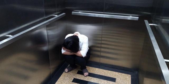 Rủi ro khi một mình sử dụng thang máy - 1