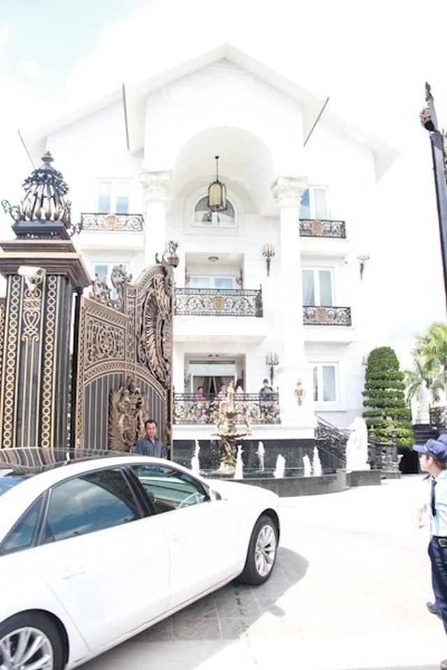 Đại gia Việt đọ độ chịu chơi qua những biệt thự dát vàng lấp lánh - 7..jpg