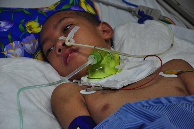 Vợ chồng chết lặng trước cảnh con trai đầu chết vì suy tim, con thứ 2 nguy kịch vì u não - 1