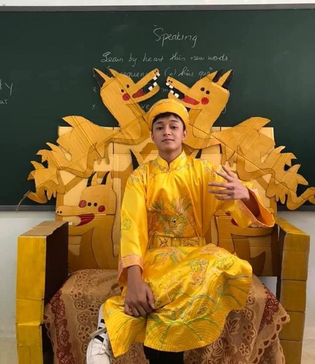 """Mặc """"long bào"""", ngồi """"ngai vàng"""" nam sinh Quảng Bình được quan tâm đặc biệt - 1"""