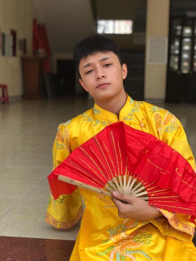 """Mặc """"long bào"""", ngồi """"ngai vàng"""" nam sinh Quảng Bình được quan tâm đặc biệt - 2"""