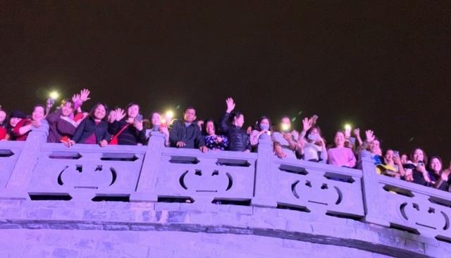 Người dân Bắc Ninh chen lấn xem Ngọc Sơn hát quan họ - 3