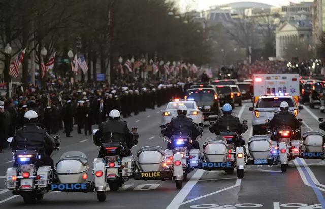 Những chiếc xe đặc biệt trong đoàn xe hộ tống Tổng thống Trump  - 8