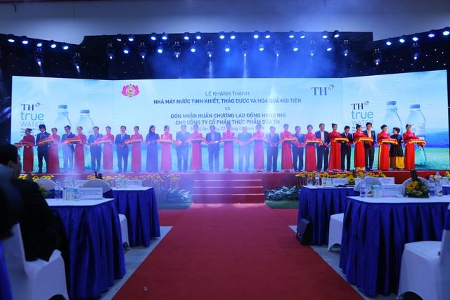 Thủ tướng Nguyễn Xuân Phúc dự lễ khánh thành Nhà máy nước tinh khiết, thảo dược và hoa quả Núi Tiên - 5