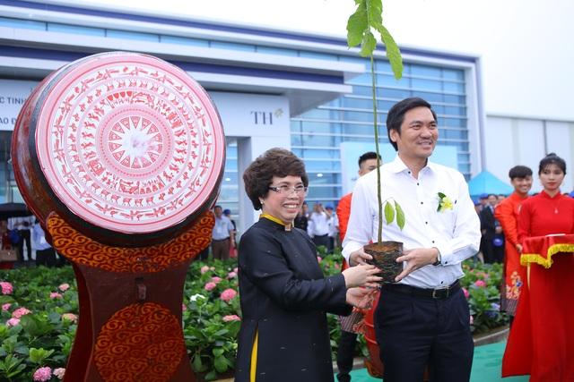 Thủ tướng Nguyễn Xuân Phúc dự lễ khánh thành Nhà máy nước tinh khiết, thảo dược và hoa quả Núi Tiên - 11