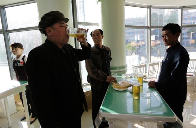 Bên trong quán bar kỳ lạ không ghế ngồi ở Triều Tiên - 3