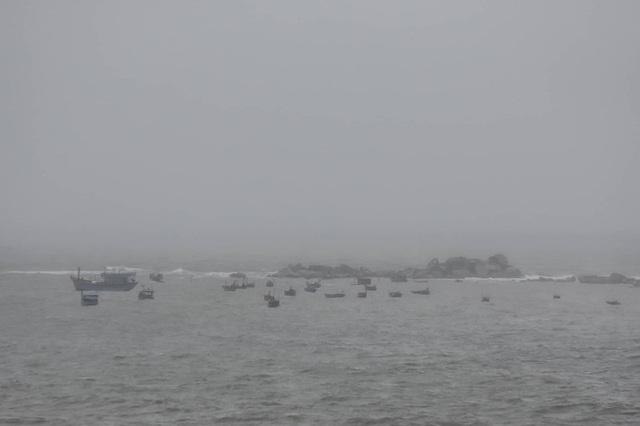 Nín thở ngóng chờ kết quả tìm kiếm hai cha con mất tích trên biển - 6