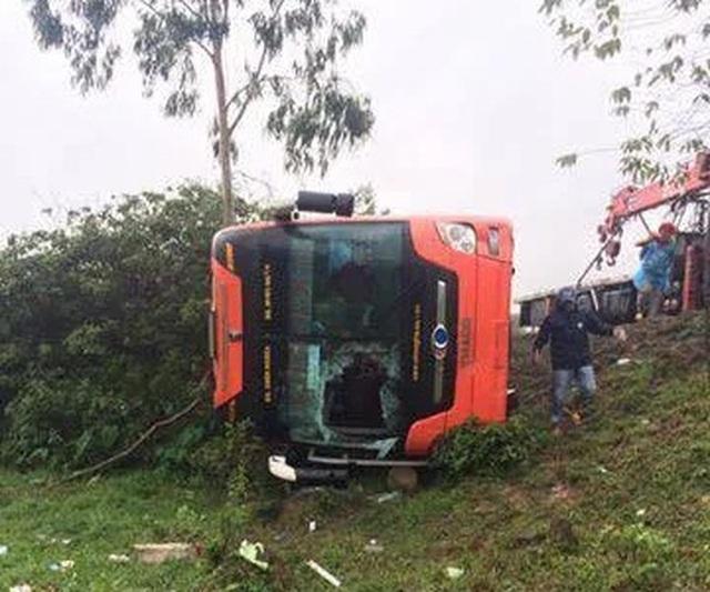 Xe khách phơi bụng, hàng chục hành khách may mắn thoát nạn - 2