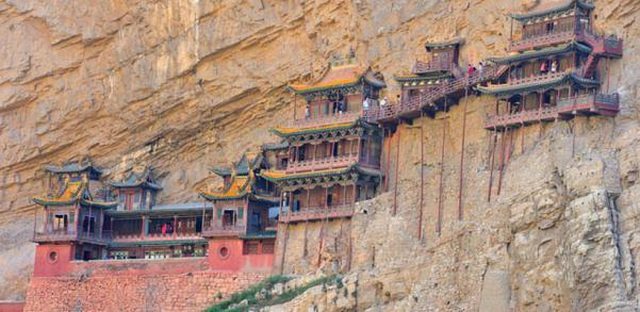 Bí ẩn về ngôi chùa 1500 năm tuổi nằm chênh vênh giữa hẻm núi dựng đứng - 1