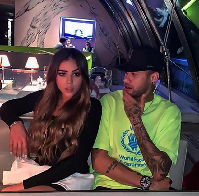 """Dính chấn thương, Neymar vô tư """"thả thính"""" nữ diễn viên xinh đẹp"""