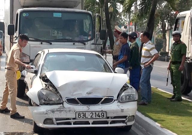 Tài xế xe tải ngủ gục, tông vào đuôi 5 ô tô đang chờ đèn đỏ - 2