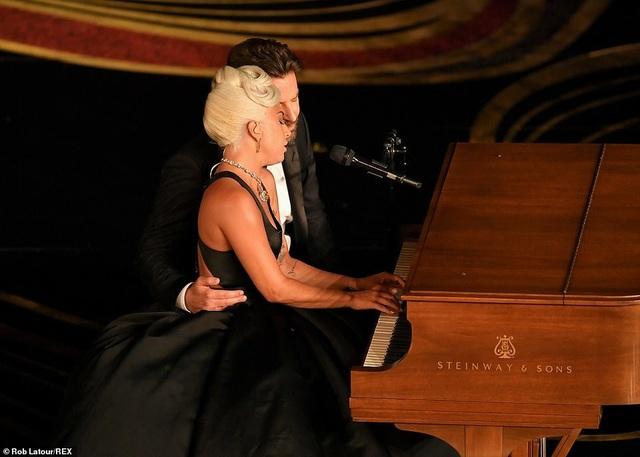 Fans phát sốt vì màn diễn tình tứ của Lady Gaga và Bradley Cooper - 2