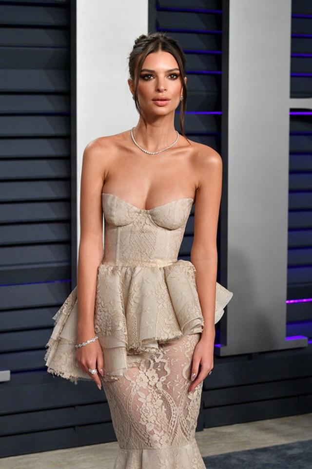 Emily Ratajkowski khoe ngực khủng dự tiệc Oscar - 2