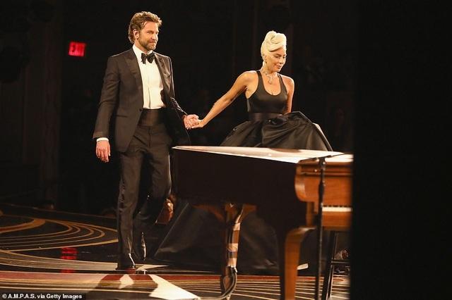 Fans phát sốt vì màn diễn tình tứ của Lady Gaga và Bradley Cooper - 10