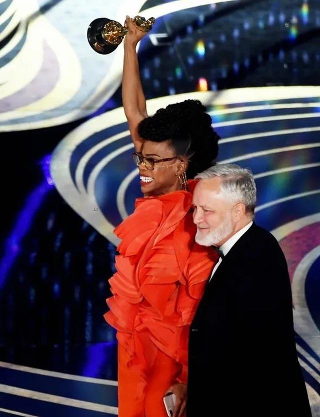 Minh tinh Hollywood khoe váy áo lộng lẫy trên thảm đỏ Oscar 2019 - 1