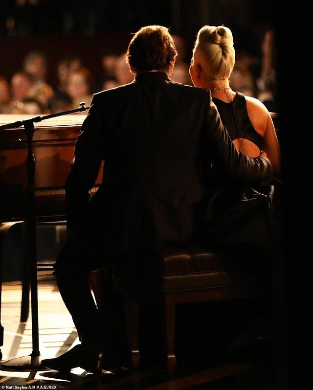 Fans phát sốt vì màn diễn tình tứ của Lady Gaga và Bradley Cooper - 9