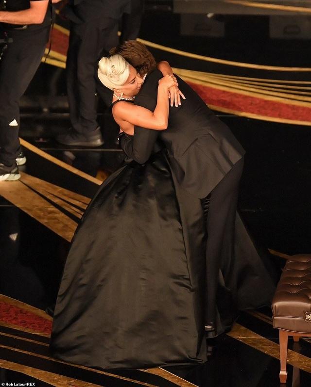 Fans phát sốt vì màn diễn tình tứ của Lady Gaga và Bradley Cooper - 6