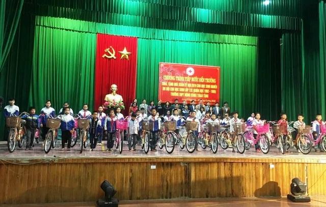 """Gần 100 chiếc xe đạp """"tiếp bước đến trường"""" cho học sinh nghèo - 1"""