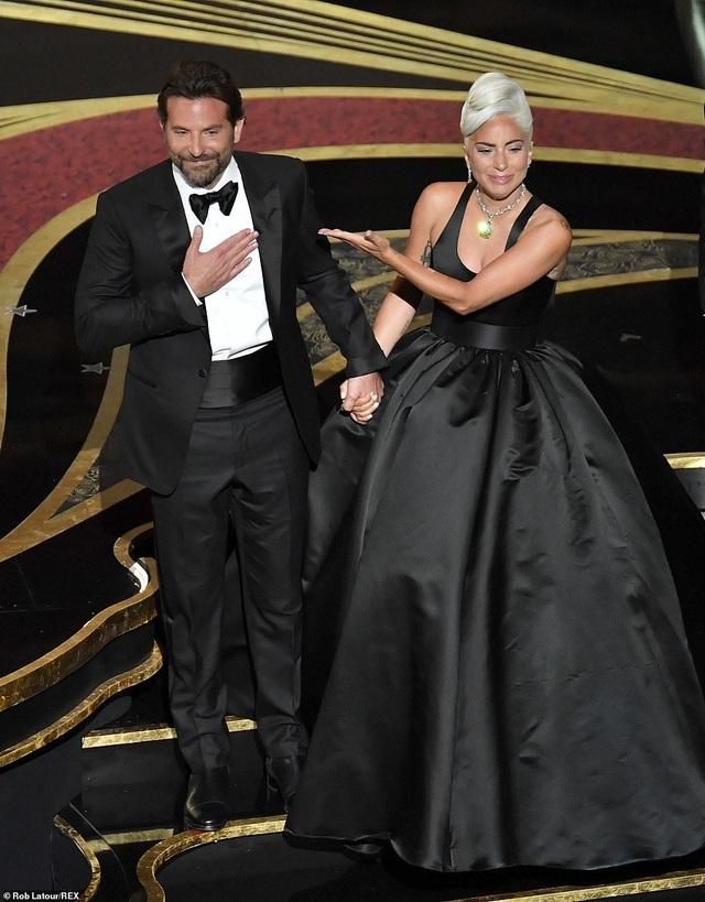 Fans phát sốt vì màn diễn tình tứ của Lady Gaga và Bradley Cooper - 5