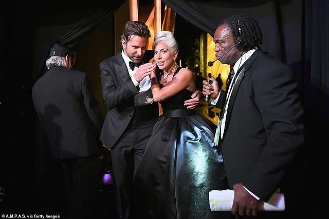 Fans phát sốt vì màn diễn tình tứ của Lady Gaga và Bradley Cooper - 11