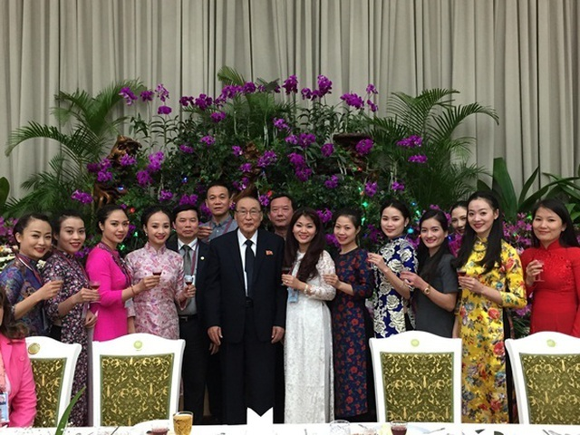 Đoàn Việt Nam chụp ảnh kỉ niệm cùng Phó Chủ tịch Quốc hội Triều Tiên.