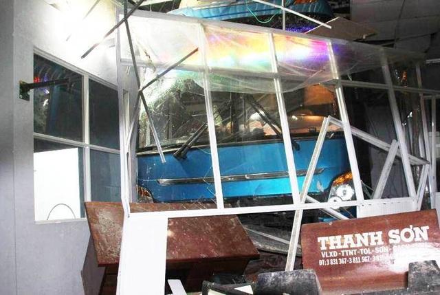 Vụ xe khách tông 1 người chết, 5 người bị thương: Tạm giữ tài xế và phụ xe - 1