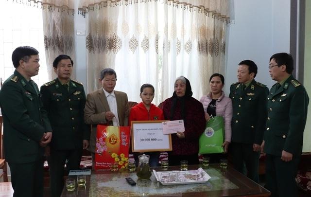 Trao quà hỗ trợ gia đình 2 chiến sĩ biên phòng bị lũ cuốn trôi - 3