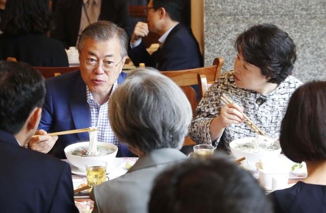 """Những lãnh đạo nước ngoài """"mê mẩn"""" ẩm thực bình dân Việt Nam - 13"""