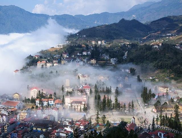 Thị trấn Sa Pa nhìn từ núi  Hàm Rồng.jpg