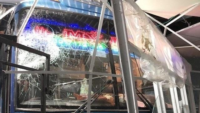 Lơ xe nổ máy, xe khách chồm lên tông 1 người chết, 5 người trọng thương - 1