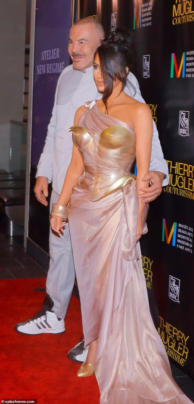 Kim Kardashian diện váy phô vòng một - 1
