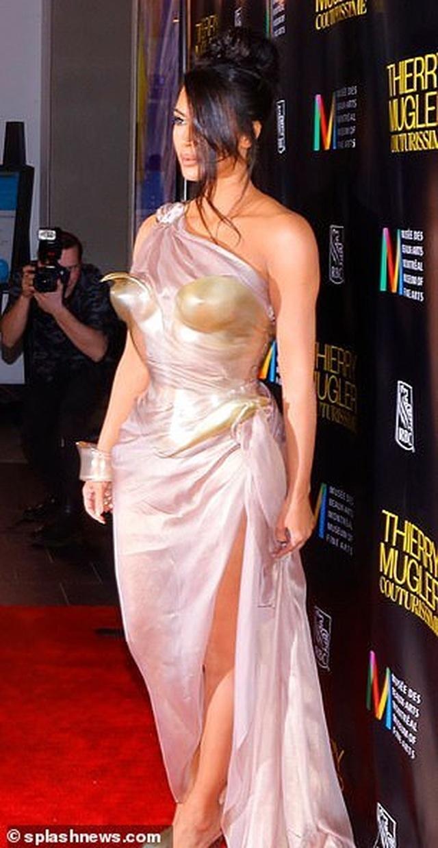 Kim Kardashian diện váy phô vòng một - 4